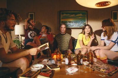 Artistiasu vuokrapuku 1970, kuva: Viivi Huuska, Cristal Snow Diehard-musiikkivideo