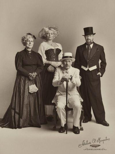 Artistiasu vuokrapuku, vuosisadan vaihteen ryhmä, kuva: Atelieri O. Haapala
