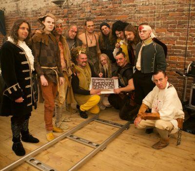 Artistiasu vuokrapuvut keskiaika musiikkivideo, kuva: Jenny Rostain
