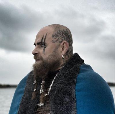 Artistiasu vuokrapuku, Northern Viking Jewelry, kuva: @oneeyepete