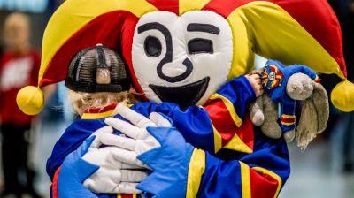 Jokerit maskotti halaa