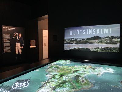 Artistiasu vuokrapuvut, Kohtalona Ruotsinsalmi -näyttely