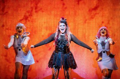 We Will Rock You -musikaali puvuston valmistus tilaustyönä , pukusuunnittelu Teemu Muurimäki, kuva Cata Portin